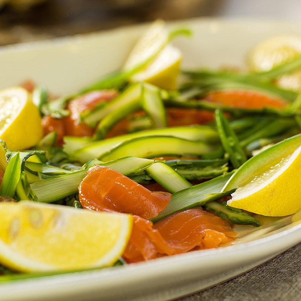 Røkt laks med asparges og erter