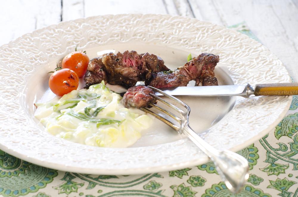 Biffspyd med grillede tomater og kålstuing