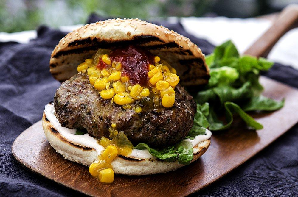 Saftig burger på grillen!