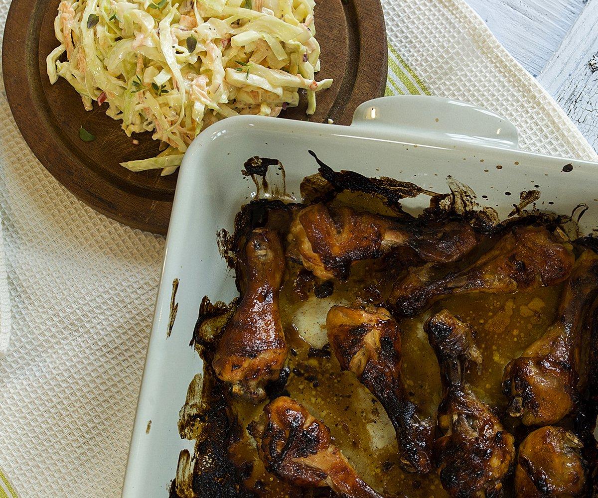Perfekt klissete kyllingklubber med coleslaw