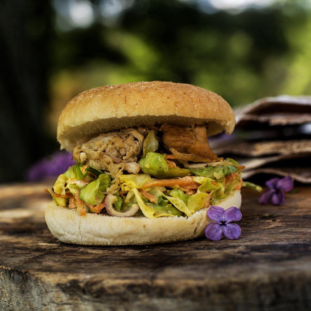 Små burgere med pulled chicken og coleslaw
