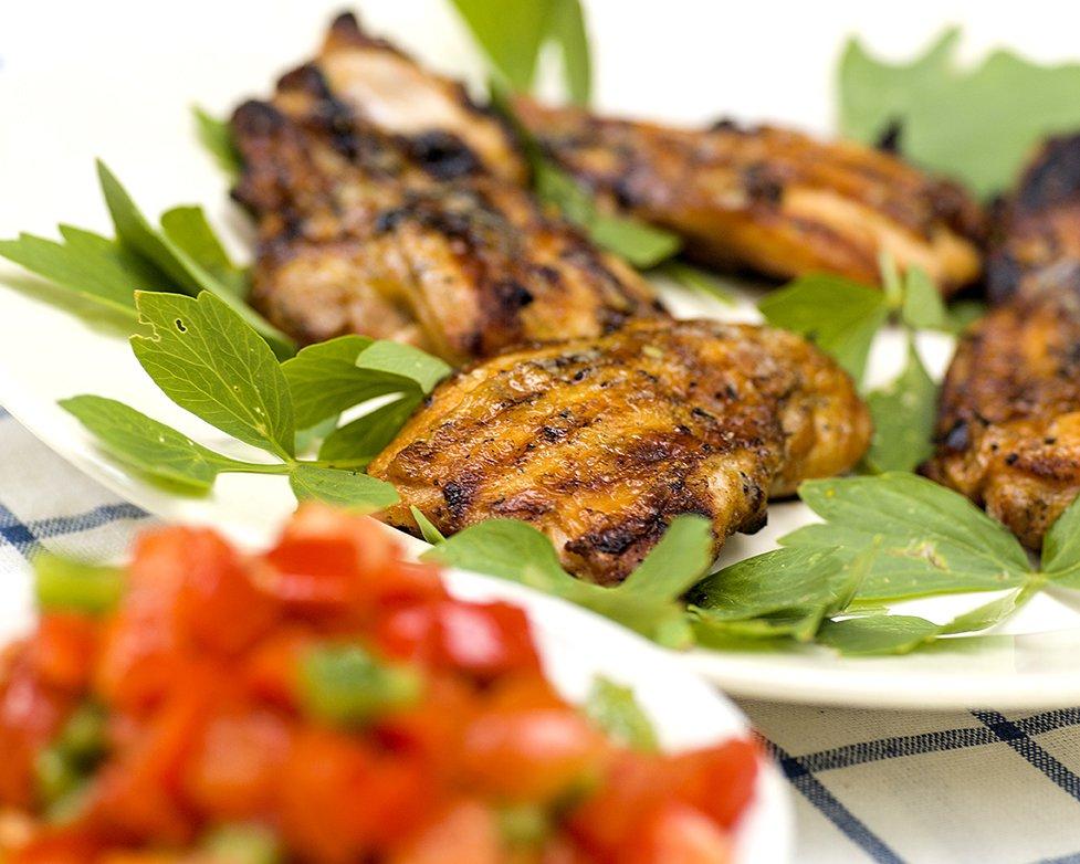 Saftige, grillede kyllinglår med salsa