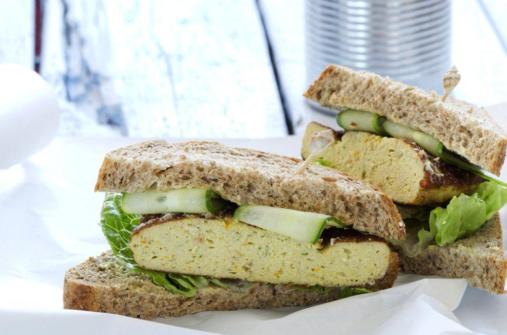 Sandwich med fiskekaker og agurk