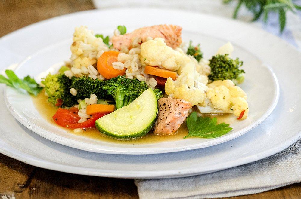 Stekte grønnsaker med byggris og laks