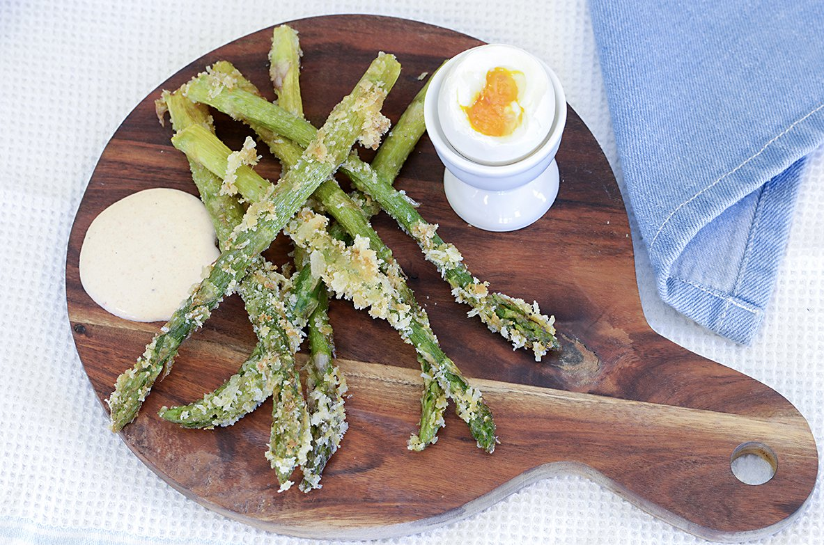 Fritert asparges med bløtkokt egg og den beste dressingen