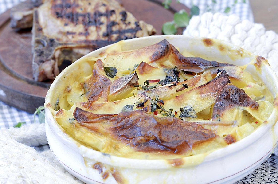 Saftige koteletter med bakte potetbåter