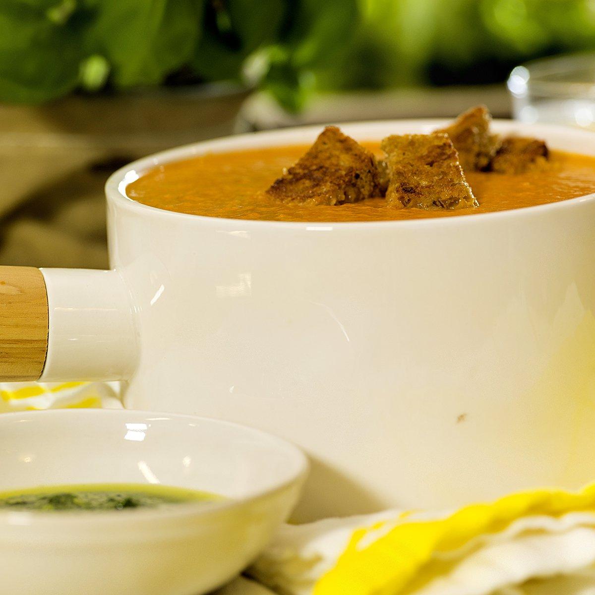 Tomatsuppe med brødkrutonger og pesto