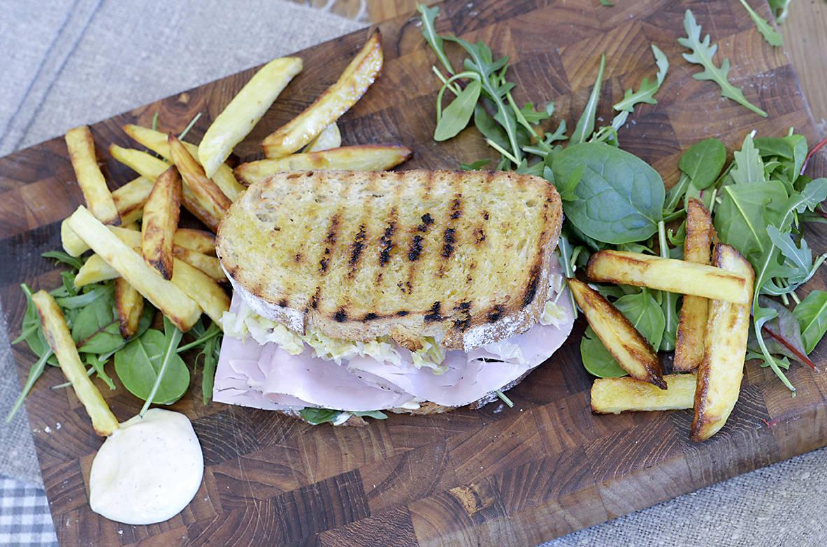 Deilig skinkesandwich og pommes frites