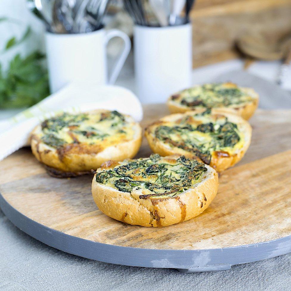 Rundstykker med spinat- og ostefyll
