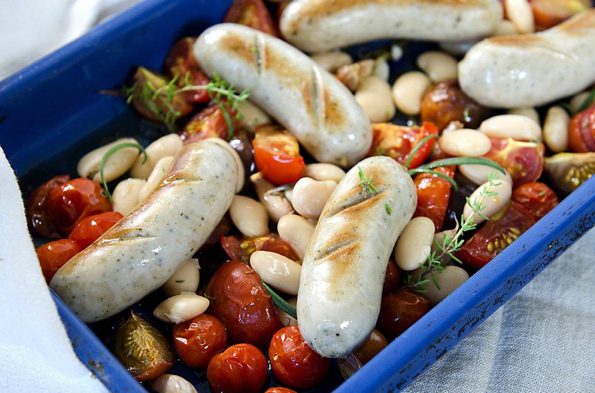 Grov italiensk pølse på en seng av tomater og bønner
