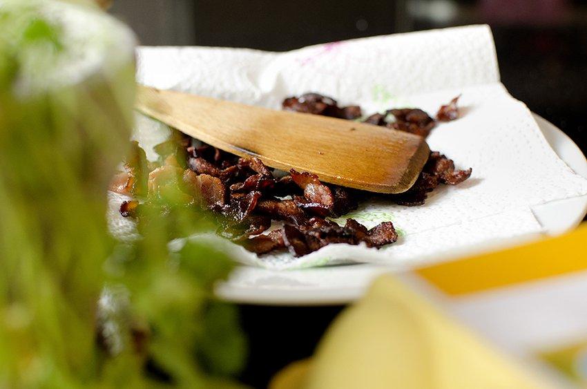 Pannestekt torsk med ertepuré og sprøstekt bacon