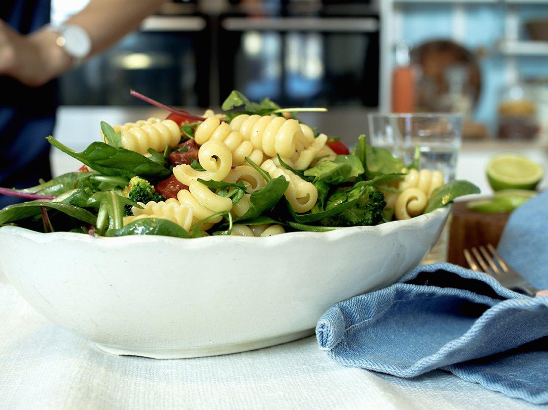 Pastasalat med chorizo og tomat