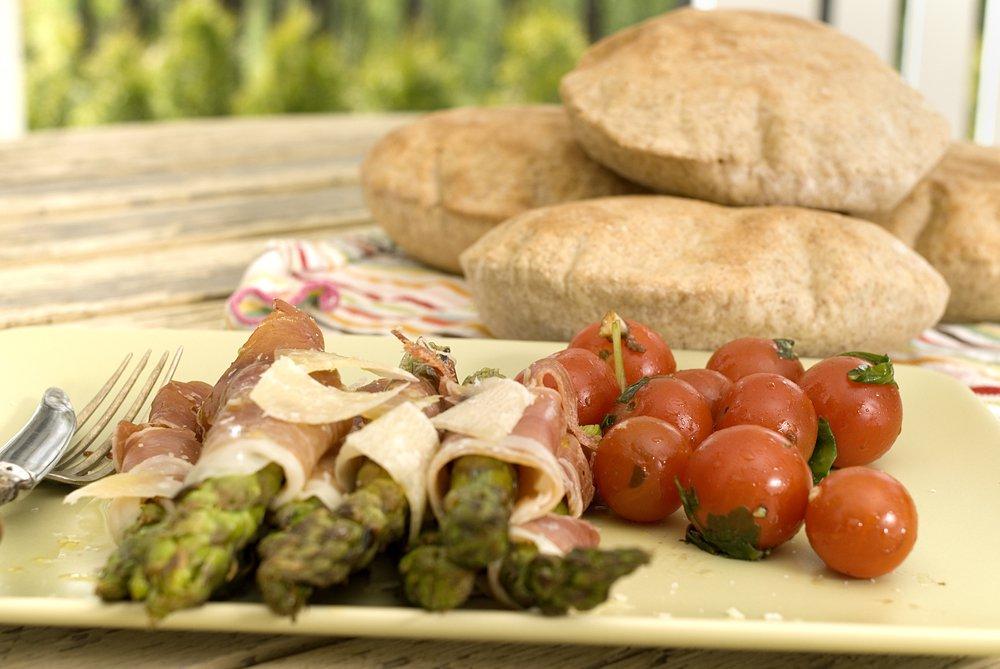 asparges-med-spekeskinke-og-pitabrød