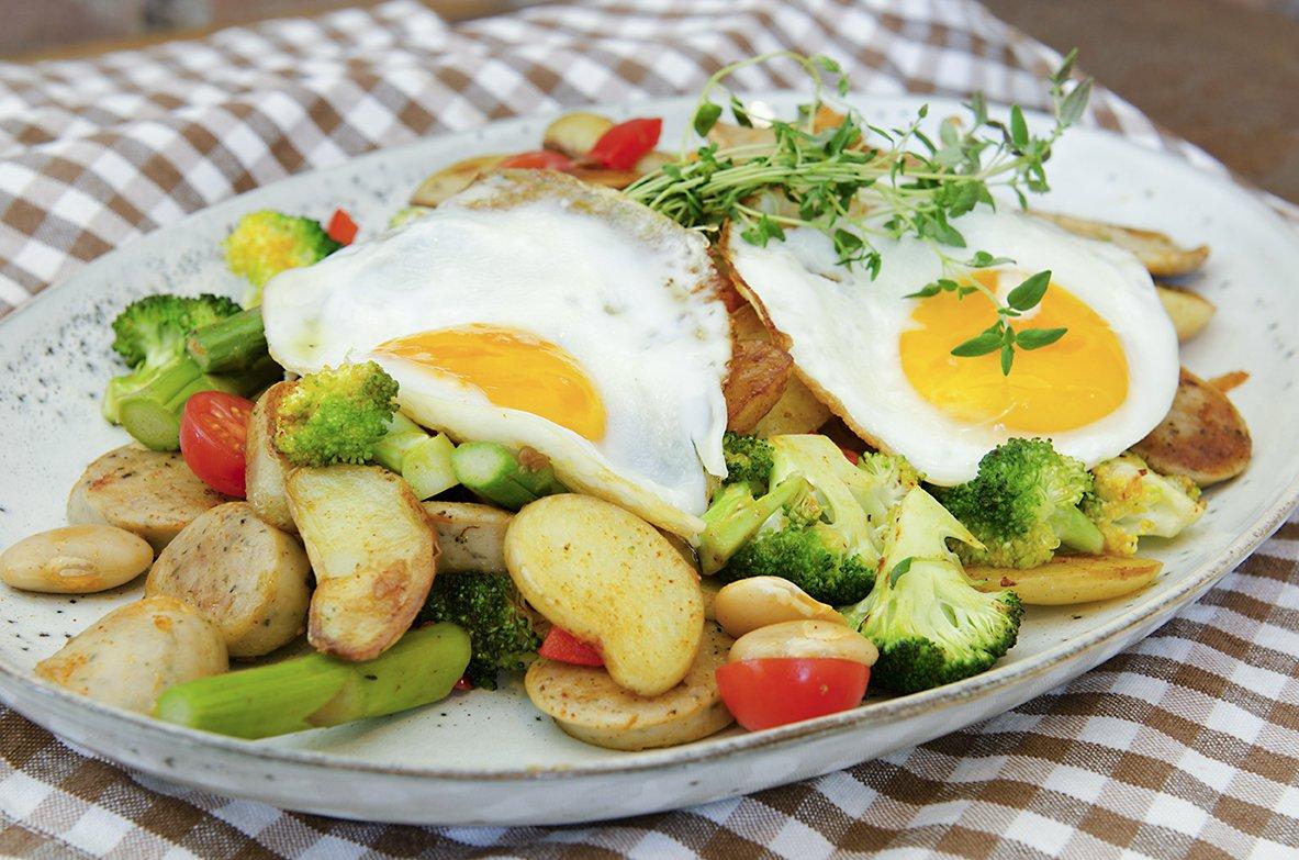 pytt i panne med grønnsaker og speilegg