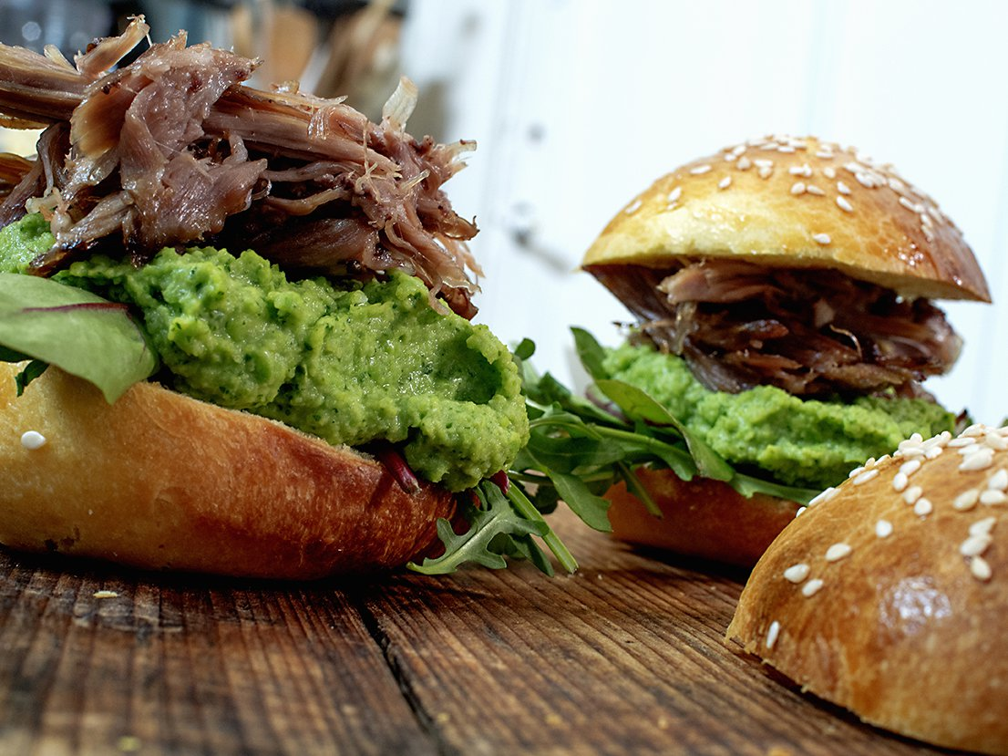 langstekt lammebog på briocheburger