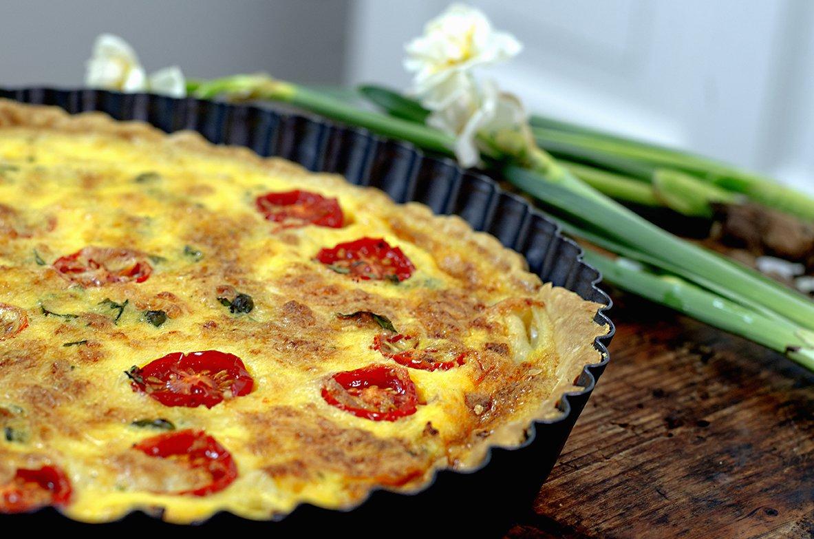 pai med tomat og løk