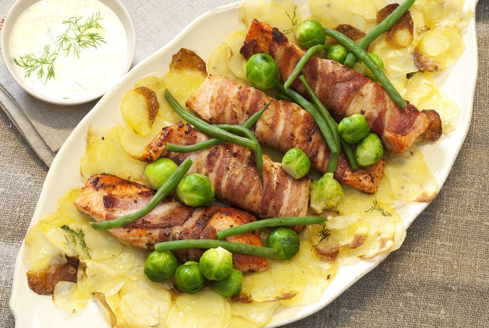 ørretfileter-surret-i-bacon-med-sprøstekt-potetskiver-rosenkål-og-aspargesbønner