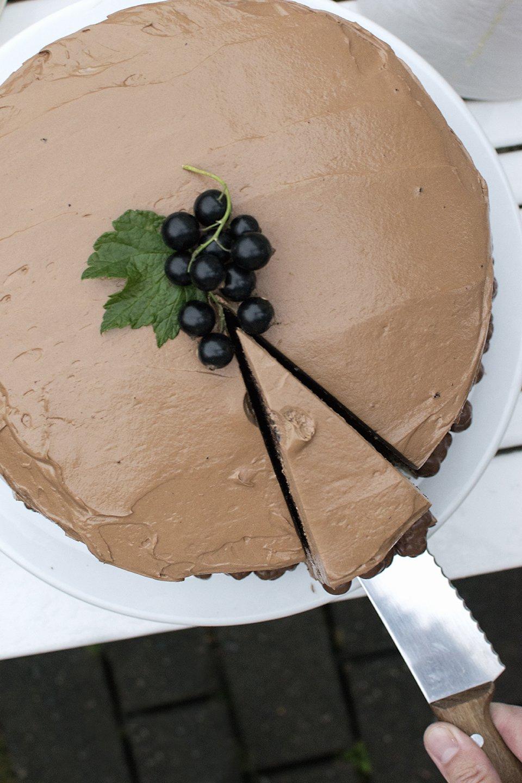 mørk sjokoladekake med kremostfyll og marengssmørkremglasur