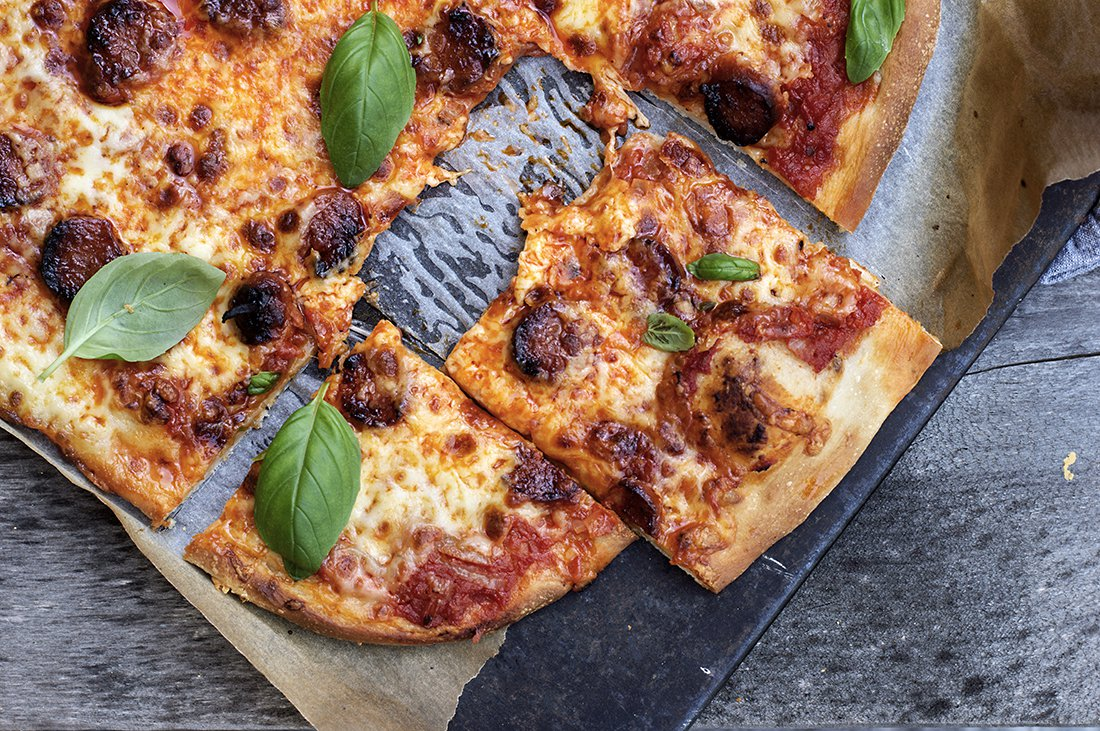 familiepizza med tomatsaus og chorizo