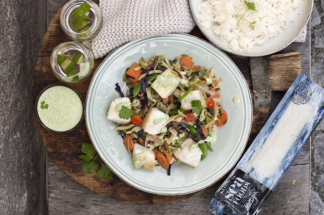 torskebiter med wokede grønnsaker