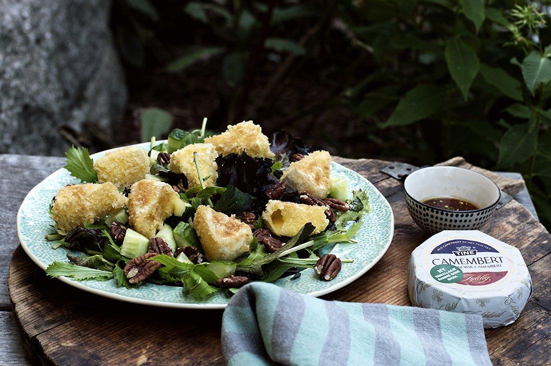 salat med fritert camembert